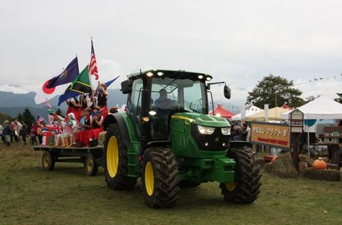 10台のトラクターパレード