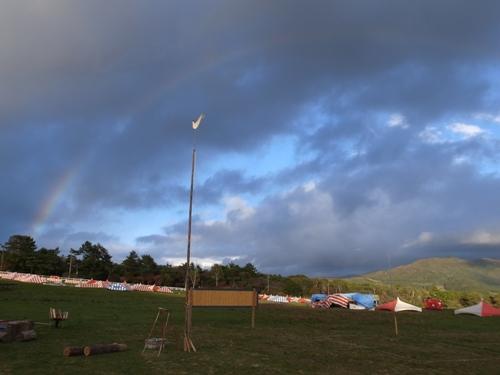 牧草地の向こうの虹